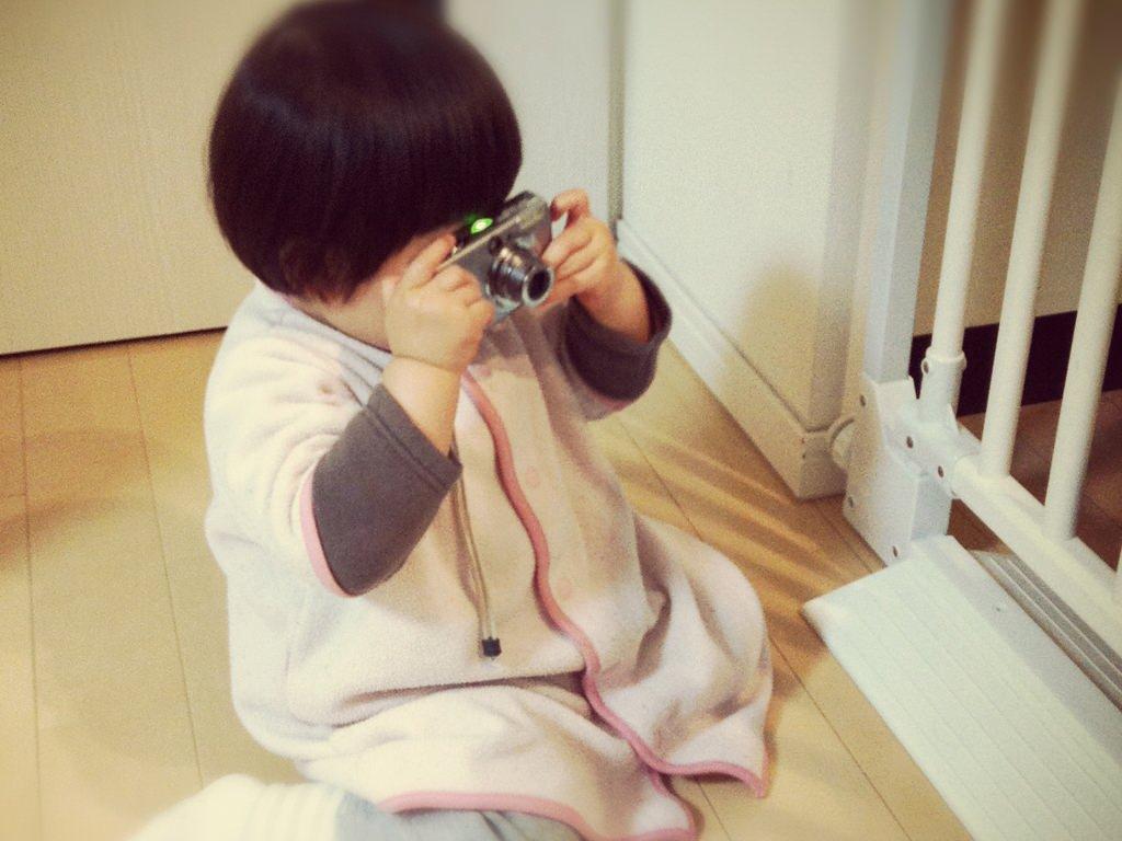 カメラ女子風※ファインダーは覗いていない、というか、ついていない。